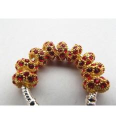Guldfarvet med røde krystaller