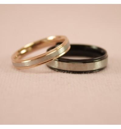Forlovelsesring med sølvfarvet bånd