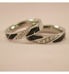 Forlovelsesring med sort mønster