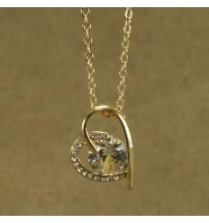 Smuk forgyldt hjerte halskæde i skævt design