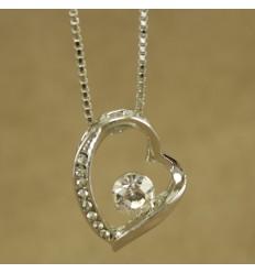 Halskæde med skævt hjerte og klar krystal