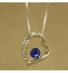 Halskæde med skævt hjerte og mørk blå krystal