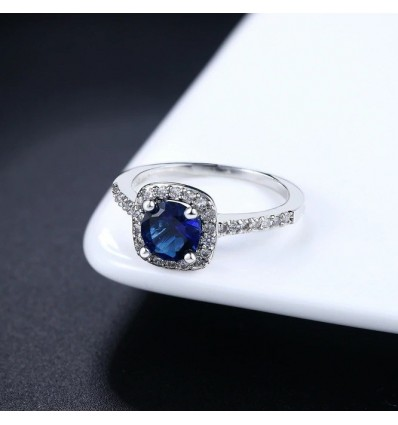 Smuk ring med stor blå CZ