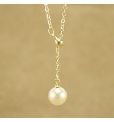 Guldfarvet kæde med perlevedhæng