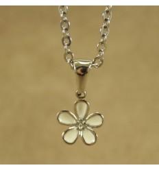 Halskæde med hvid blomst